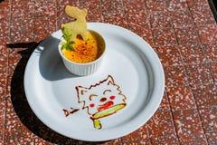 Κλείστε αυξημένος ενός πιάτου του creme brulle στοκ φωτογραφία με δικαίωμα ελεύθερης χρήσης