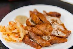 Κλείστε αυξημένος ενός πιάτου των τσιγαρισμένων εντέρων χοιρινού κρέατος στοκ φωτογραφίες