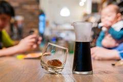 Κλείστε αυξημένος ενός ποτηριού του κρύου μαύρου καφέ στοκ φωτογραφία με δικαίωμα ελεύθερης χρήσης