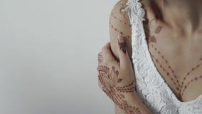 Κλείστε αυξημένος ενός σώματος γυναικών ` s, είναι διακοσμημένο με μια henna ζωγραφική απόθεμα βίντεο