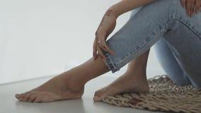 Κλείστε αυξημένος ενός σώματος εφήβων ` s, σε ετοιμότητα γυναικείο ` s που μια δερματοστιξία έκανε με henna φιλμ μικρού μήκους