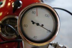 Κλείστε αυξημένος ενός ταμπλό ταχυμέτρων σε μια μοτοσικλέτα στοκ φωτογραφία με δικαίωμα ελεύθερης χρήσης