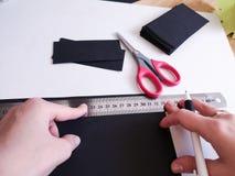 Κλείστε αυξημένος - επαγγελματικός διακοσμητής γυναικών, εργασία σχεδιαστών με το έγγραφο του Κραφτ και παραγωγή του φακέλου στο  στοκ φωτογραφίες με δικαίωμα ελεύθερης χρήσης