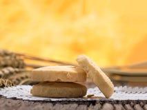 Κλείστε αυξημένος στο μπισκότο στο ξύλινο υπόβαθρο στοκ εικόνες με δικαίωμα ελεύθερης χρήσης