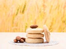 Κλείστε αυξημένος στο μπισκότο στο ξύλινο υπόβαθρο στοκ φωτογραφία με δικαίωμα ελεύθερης χρήσης