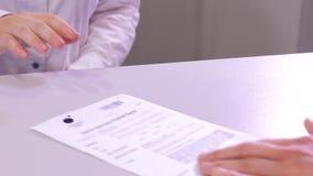Κλείστε αυξημένος της θηλυκής αίτησης υποψηφιότητας φύλλων ανταλλαγής ταμιών αρσενικής a4 του εγγράφου και της πλαστικής κάρτας σ απόθεμα βίντεο