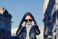 Κλείστε αυξημένος της μοντέρνης νέας γυναίκας στα γυαλιά ηλίου στοκ εικόνα