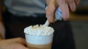 Κλείστε αυξημένος της προσθήκης της κτυπώντας κρέμας στην κορυφή του cappuccino απόθεμα βίντεο
