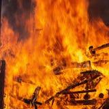 Κλείστε αυξημένος της πυρκαγιάς καίει Πετώντας φλογεροί σπινθήρες στοκ φωτογραφία με δικαίωμα ελεύθερης χρήσης