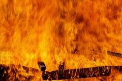Κλείστε αυξημένος της πυρκαγιάς καίει Πετώντας φλογεροί σπινθήρες στοκ φωτογραφία