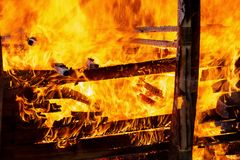 Κλείστε αυξημένος της πυρκαγιάς καίει Πετώντας φλογεροί σπινθήρες στοκ φωτογραφίες