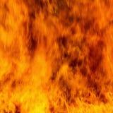 Κλείστε αυξημένος της πυρκαγιάς καίει Πετώντας φλογεροί σπινθήρες στοκ εικόνα