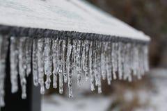 Κλείστε αυξημένος της σειράς των iciles μετά από τη θύελλα παγώνοντας βροχής στοκ εικόνες