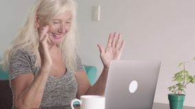 Κλείστε αυξημένος της συνταξιούχου γιαγιάς ηλικιωμένων γυναικών χρησιμοποιώντας το lap-top στο σπίτι στο καθιστικό Ευτυχής ηλικιω φιλμ μικρού μήκους
