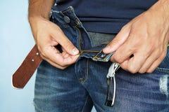 Κλείστε αυξημένος του ατόμου στα τζιν με το ανοικτό φερμουάρ στοκ εικόνα