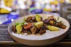 Κλείστε αυξημένος του βόειου κρέατος σχαρών με τα λαχανικά στοκ φωτογραφία με δικαίωμα ελεύθερης χρήσης