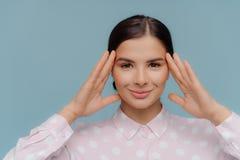 Κλείστε αυξημένος του ελκυστικού ευρωπαϊκού νέου κεφαλιού αφών γυναικών, έχει κτενίσει την τρίχα, ευχάριστο χαμόγελο, makeup, που στοκ φωτογραφία με δικαίωμα ελεύθερης χρήσης