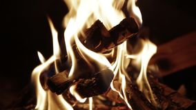 Κλείστε αυξημένος του καψίματος του καυσόξυλου στην εστία HD φιλμ μικρού μήκους