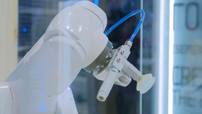 Κλείστε αυξημένος του κεφαλιού ρομπότ, το οποίο μπορεί να ταξινομήσει τα απόβλητα για την ανακύκλωση στοκ εικόνες
