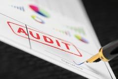 Κλείστε αυξημένος του κόκκινου λογιστικού ελέγχου γραμματοσήμων και της μάνδρας πηγών σε μια έκθεση με τις ζωηρόχρωμες γραφικές π στοκ φωτογραφία με δικαίωμα ελεύθερης χρήσης