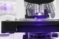 Κλείστε αυξημένος του μικροσκοπίου στο εργαστήριο αίματος Στοκ φωτογραφία με δικαίωμα ελεύθερης χρήσης