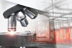Κλείστε αυξημένος του μικροσκοπίου στο εργαστήριο αίματος Στοκ Φωτογραφία