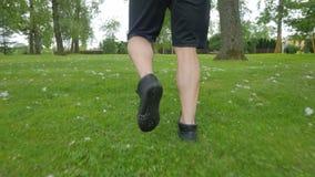 Κλείστε αυξημένος του μυϊκού τρεξίματος παπουτσιών ατόμων απόθεμα βίντεο