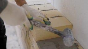 Κλείστε αυξημένος του οικοδόμου που βάζει τα τούβλα στο κονίαμα εσωτερικό απόθεμα βίντεο