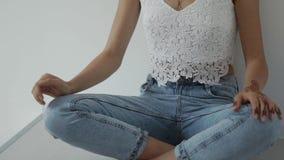Κλείστε αυξημένος του σώματος γυναικών που έχει τη δερματοστιξία στους ώμους και είναι stylishly ντυμένο απόθεμα βίντεο