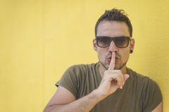 Κλείστε αυξημένος του όμορφου αρσενικού με τη χειρονομία shhh στοκ εικόνες με δικαίωμα ελεύθερης χρήσης
