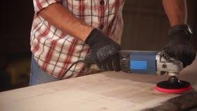 Κλείστε αυξημένος το των χεριών ατόμων ` s, το οποίο εργάζεται σε ένα εργαστήριο ξυλουργικής με ένα τρυπάνι φιλμ μικρού μήκους