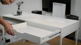 Κλείστε αυξημένος το των χεριών επισκευαστών ` s συγκεντρώνοντας τον άσπρο πίνακα φιλμ μικρού μήκους