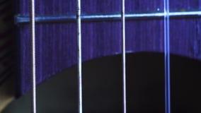 Κλείστε αυξημένος των ακουστικών σειρών κιθάρων απόθεμα βίντεο