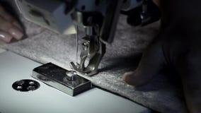 Κλείστε αυξημένος των θηλυκών χεριών που λειτουργούν στη ράβοντας μηχανή Ράβοντας μηχανή απόθεμα βίντεο