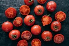 Κλείστε αυξημένος των κόκκινων ντοματών με τις πτώσεις νερού στο σκοτεινό υπόβαθρο Οργανικά ώριμα λαχανικά για την κατασκευή της  στοκ εικόνες με δικαίωμα ελεύθερης χρήσης