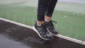 Κλείστε αυξημένος των παπουτσιών δρομέων ` s Δρομέας που παίρνει έτοιμος για την κατάρτιση 120fps απόθεμα βίντεο