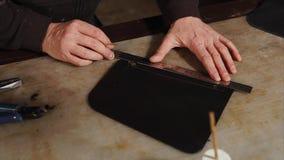 Κλείστε αυξημένος των χεριών ατόμων ` s, το οποίο επισύρει την προσοχή σε ένα κομμάτι της γραμμής δέρματος χρησιμοποιώντας έναν κ απόθεμα βίντεο