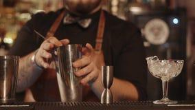 Κλείστε αυξημένος των χεριών μπάρμαν, το άτομο συμμετέχει στην προετοιμασία κοκτέιλ απόθεμα βίντεο