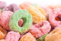 Κλείστε επάνω ή μακροεντολή των Fruity και ζαχαρούχων δημητριακών Στοκ Φωτογραφίες