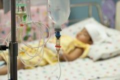 Κλείστε επάνω αλατούχο IV σταλαγματιά για τον ασθενή και την αντλία έγχυσης στο hospita στοκ εικόνες με δικαίωμα ελεύθερης χρήσης