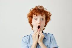 Κλείστε επάνω αστείου κοντά με τη σγουρή τρίχα πιπεροριζών και το κράτημα φακίδων δίνει κοντά στο στόμα, που συγκλονίζεται βλέπον Στοκ εικόνες με δικαίωμα ελεύθερης χρήσης