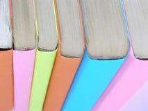 κλείστε επάνω βιβλία στις πολύχρωμες συνδέσεις κόκκινο εκπαίδευσης έννοιας βιβλίων μήλων Στοκ εικόνα με δικαίωμα ελεύθερης χρήσης