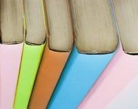 κλείστε επάνω βιβλία στις πολύχρωμες συνδέσεις κόκκινο εκπαίδευσης έννοιας βιβλίων μήλων Στοκ Εικόνες