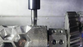 Κλείστε επάνω για τις αυτόματες χαράζοντας τρύπες τεμνουσών μηχανών σε μια λεπτομέρεια μετάλλων στις εγκαταστάσεις MEDIA Παραγωγή φιλμ μικρού μήκους