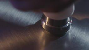 Κλείστε επάνω για το ασημένιο πιάτο κυμβάλων, μέρος του συνόλου τυμπάνων που προετοιμάζεται για το παιχνίδι r Όμορφο λάμποντας τύ φιλμ μικρού μήκους