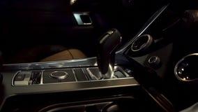 Κλείστε επάνω για το αυτόματο ραβδί εργαλείων ενός σύγχρονου αυτοκινήτου, εσωτερικές λεπτομέρειες αυτοκινήτων Αυτόματο ραβδί μετά φιλμ μικρού μήκους