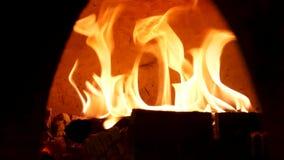 Κλείστε επάνω για το κάψιμο της πυρκαγιάς στον ντεμοντέ φούρνο για τα τρόφιμα ψησίματος Πλαίσιο Παραδοσιακός φούρνος, καίγοντας ξ απόθεμα βίντεο