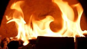 Κλείστε επάνω για το κάψιμο της πυρκαγιάς στον ντεμοντέ φούρνο για τα τρόφιμα ψησίματος Πλαίσιο Παραδοσιακός φούρνος, καίγοντας ξ φιλμ μικρού μήκους