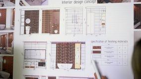 Κλείστε επάνω δύο αρχιτεκτόνων που συζητούν το σχέδιο μαζί με τα σχεδιαγράμματα απόθεμα βίντεο