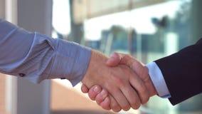 Κλείστε επάνω δύο επιτυχών επιχειρηματιών που χαιρετούν ο ένας τον άλλον στο αστικό περιβάλλον Νέοι συνάδελφοι που συναντιούνται  φιλμ μικρού μήκους